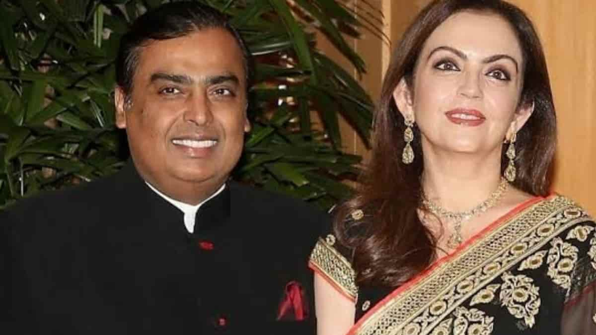 Children of Ambani staff study in America, know the salary of the staff